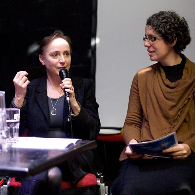 Elke Moltrecht (Akademie der Künste der Welt & Ensemble Extrakte) und Moderatorin Glaucia Peres da Silva (Universität Duisburg-Essen)