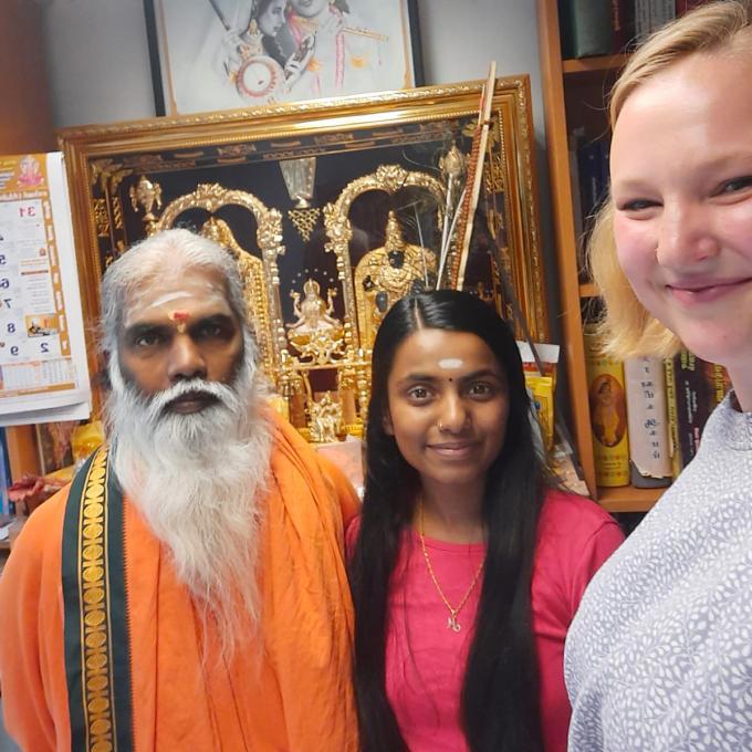 Oberpriester Siva Sri Arumugam Paskarakurukkal, Malikarchchuna Paskaran und Olga Felker