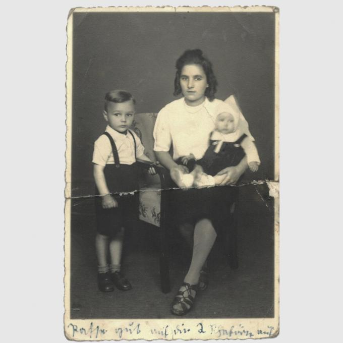 Christine Lehmann mit ihren beiden Kindern Egon Karl (links) und Robert Georg (rechts), 1942