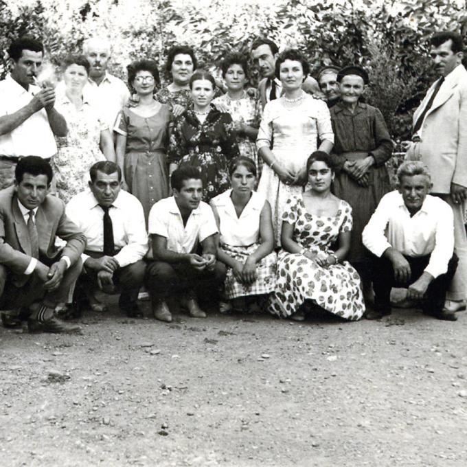 Familien von Kostas Eltern Panagiota Papadopoulou und Antonios Andrikopoulos vor der Hochzeit in der Nähe von Patras, 1960