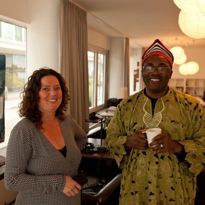 Koordinatorin Kirsten Ben Haddou mit Justin Fonkeu beim Theaterfestival Impulse 2016