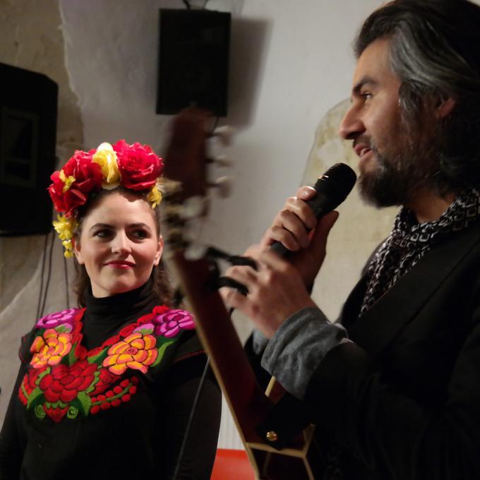 Marisa Álvarez und Josué Partida bei der Präsentation des Interkulturellen Kalenders. Foto: Guido Meincke