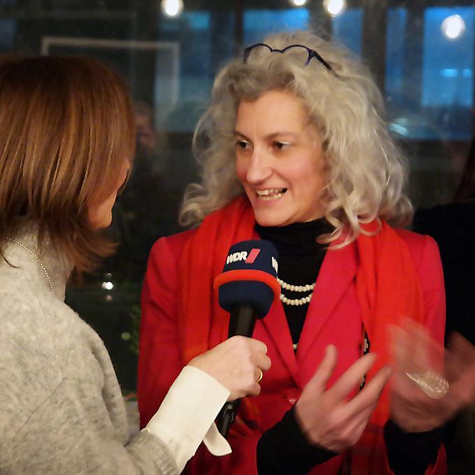 Virginia Novarín im Interview bei der Präsentation des Interkulturellen Kalenders. Foto: Guido Meincke