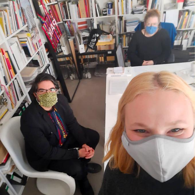 Olga Felker mit Fabian Saavedra-Lara und Inke Arns. Foto: Olga Felker