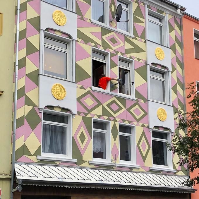 Faţadă / Fassade: Fassadengestaltung in der Schleswiger Straße 31. Foto: Guido Meincke
