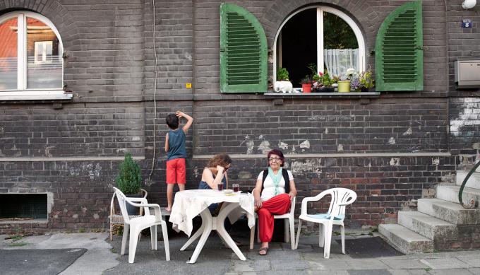 Familie in der RIWETHO-Arbeiter*innensiedlung in Oberhausen