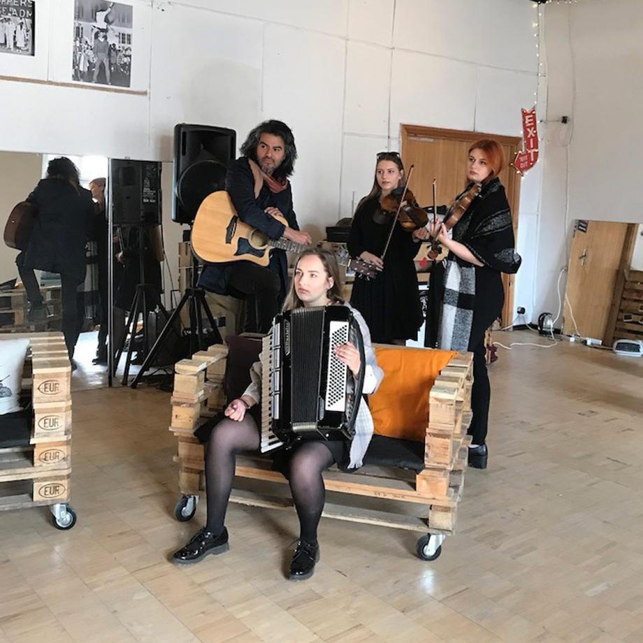 Ensemble im Studio. Foto: Marisa Alvarez