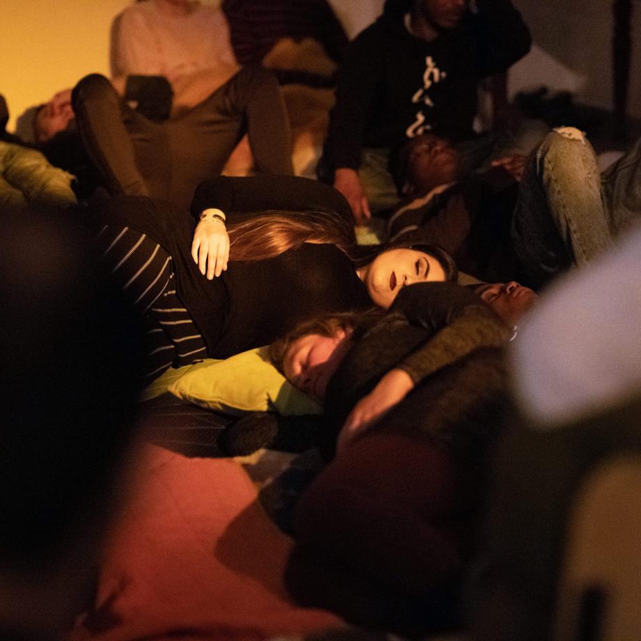 Transnationales Ensemble Labsa: Schlafperformance. Foto: Lisa Domin